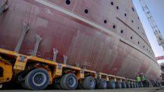 Karada inşaa edilen gemiler havuza hidrolik remorkörler kullanılarak taşındı.